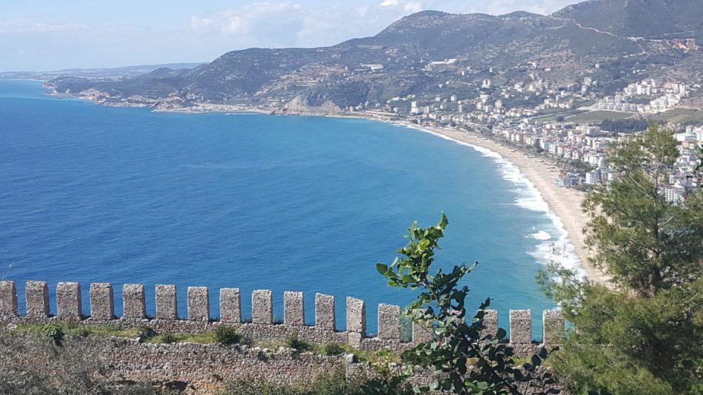 Вид на пляж Клеопатры с замка Алании